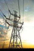 Elektrická vedení, vedoucí do západu slunce — Stock fotografie