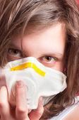 Dziewczyna noszenie maski ochronne — Zdjęcie stockowe
