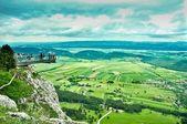 Punkt widokowy z zielonych pól i gór — Zdjęcie stockowe