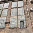Angle shot of an abandoned industrial building with brick wall - 图库照片