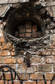 Отверстие в заброшенные кирпичные стены — Стоковое фото