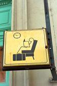 Siéntate y espera firman en una estación de tren — Foto de Stock