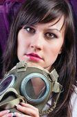 Onun gasmask sıkı tutan genç bir kadın portresi — Stok fotoğraf
