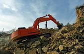 Grävmaskin krossa stenar — Stockfoto