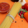 Raw spaghetti and few fresh tomatoes, pepper, garlic, chilly, ke — Stock Photo