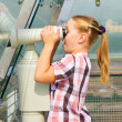 A girl looks through a telescope — Foto Stock