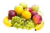 Maçãs, pêssegos, bananas, uvas em um branco — Fotografia Stock