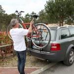 Man hanging bicycle — Stock Photo