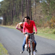 Couple riding bicycles in countryside — 图库照片