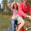 Couple riding bicycles in countryside — ストック写真