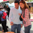 couple shopping in outdoor-markt — Stockfoto #5695779