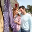 casal de compras no mercado exterior — Foto Stock