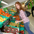 Woman at the grocery store buying fruits and vegetables — Stock Photo