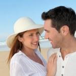 lyckliga paret på stranden — Stockfoto #5696027