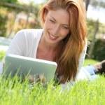 美丽的女人 websurfing 与电子平板电脑 — 图库照片 #5696115