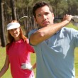 couple playing golf an einem sonnigen tag — Stockfoto