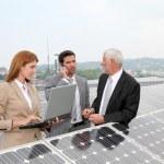 affärsmöte på solceller setup — Stockfoto