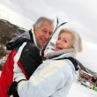 Senior koppel in skiresort — Stockfoto