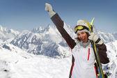 Hermosa mujer divirtiéndose en la montaña — Foto de Stock