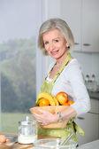 Smiling senior woman in küche — Stockfoto