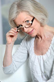 Portrait of senior woman wearing eyeglasses — Stockfoto