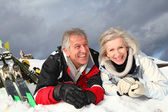 Senior couple having fun at ski resort — Stock fotografie