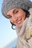 Porträtt av vackra leende kvinna på vintern — Stockfoto