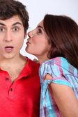 Ung kvinna försöker ge en puss till hennes pojkvän — Stockfoto