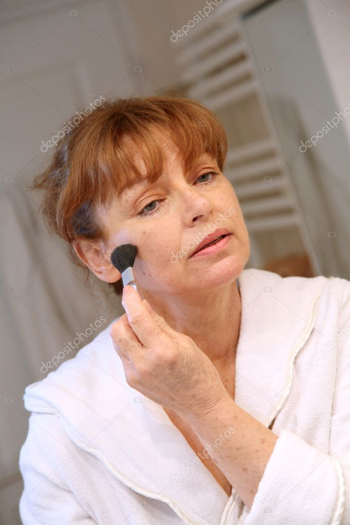 Senior woman putting makeup on — Stock Photo #5695297