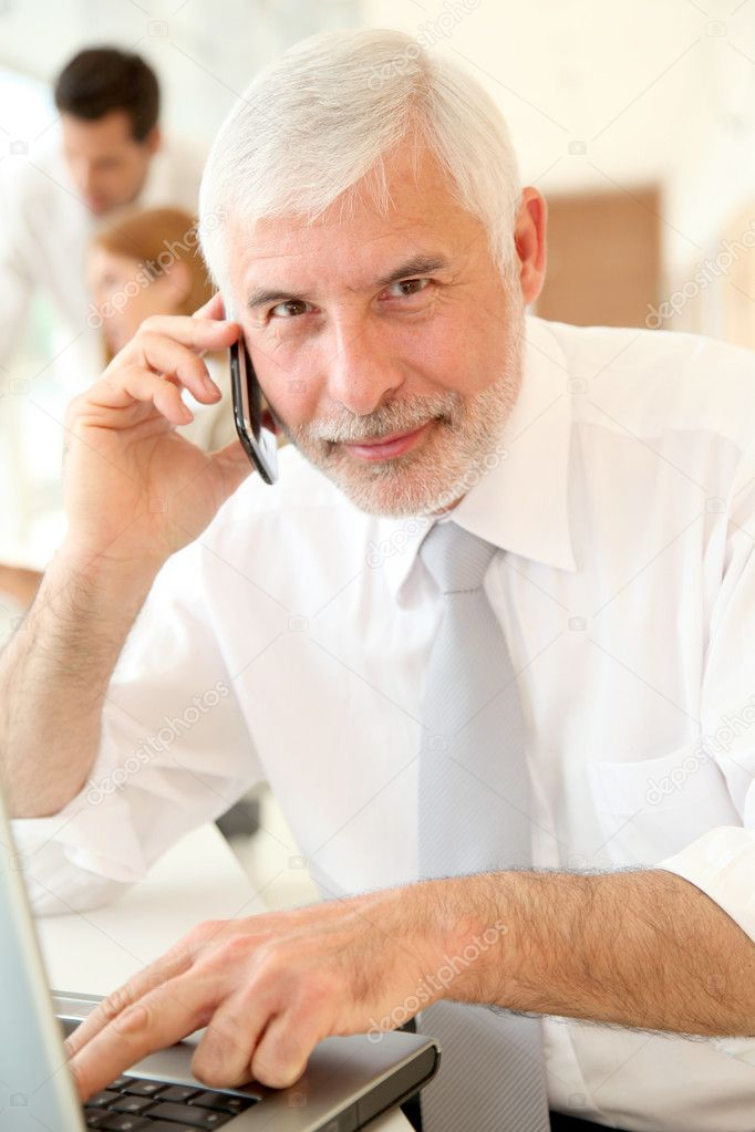 Senior businessman in front of pc — Stock Photo #5696737
