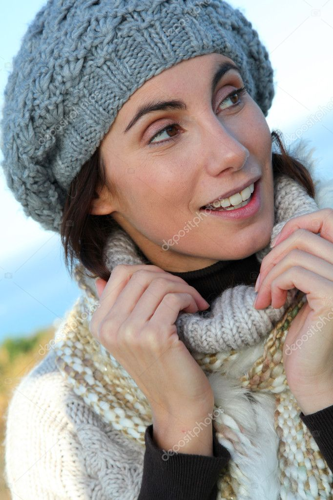 Portrait of beautiful smiling woman in winter — Foto Stock #5698452
