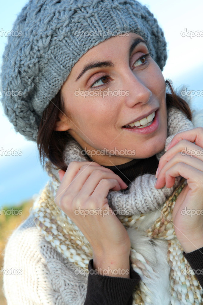 Portrait of beautiful smiling woman in winter — Stok fotoğraf #5698452