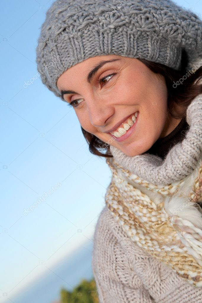Portrait of beautiful smiling woman in winter — Zdjęcie stockowe #5698455