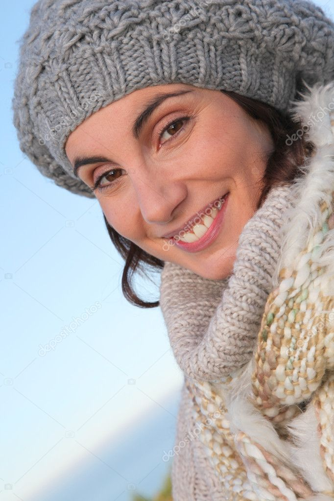 Portrait of beautiful smiling woman in winter — Stock Photo #5698456
