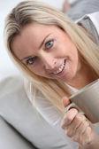 お茶を飲む美しい金髪の女性の肖像画 — ストック写真
