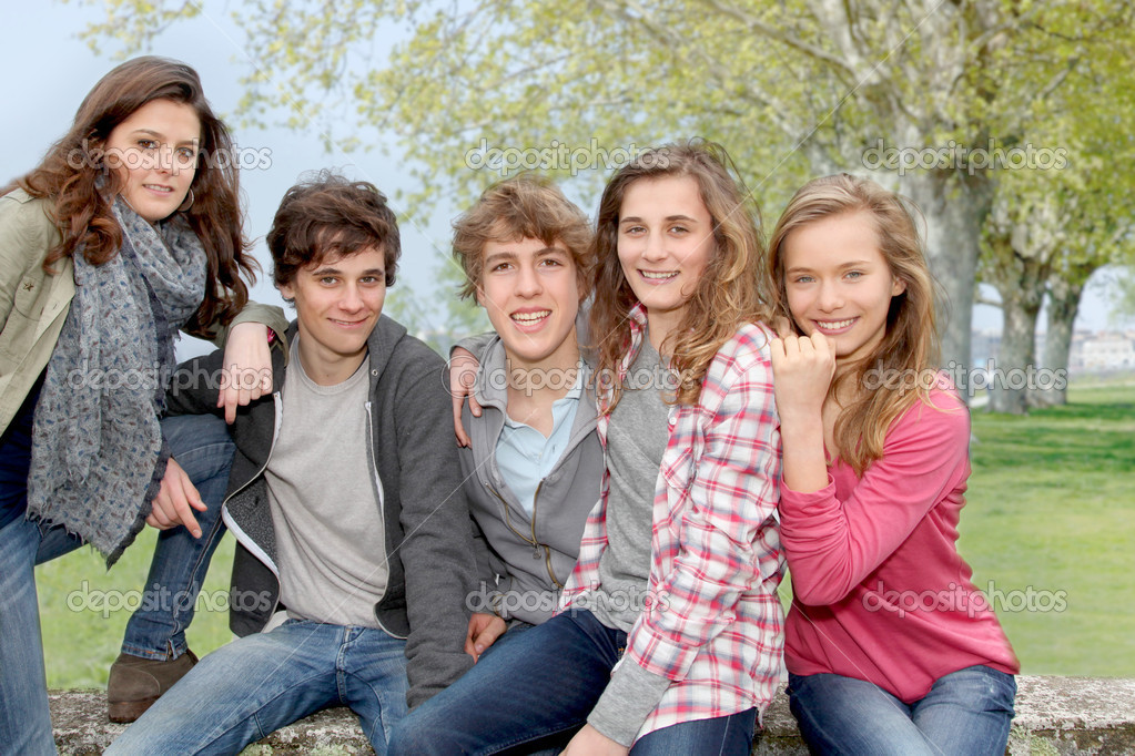 Group of teenagers sitting outside — Stock Photo #5701058