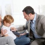 médico a examinador niño enfermo — Foto de Stock