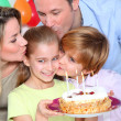 Family celebrating child's birthday — Stockfoto