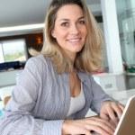 mujer sonriente conectados a internet en casa — Foto de Stock