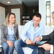 couple avec agent immobilier investissement maison de signature du contrat — Photo