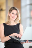 Smiling businesswoman usin laptop computer — Foto Stock