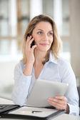 Büroangestellter gespräch am telefon — Stockfoto