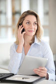 Office worker talking on the phone — Stockfoto