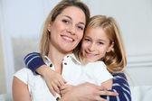 Portret van gelukkige moeder en klein meisje — Stockfoto