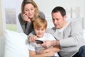 在智能手机上玩视频游戏的家庭 — 图库照片