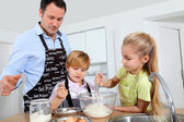Father and children preparing pancakes — Foto Stock