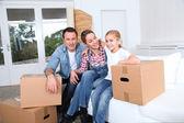 幸せな家族の新しい家に移動 — ストック写真