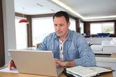 άνθρωπος που εργάζονται στο σπίτι για φορητό υπολογιστή — Φωτογραφία Αρχείου