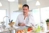 Man in kitchen preparing lunch — Stock Photo