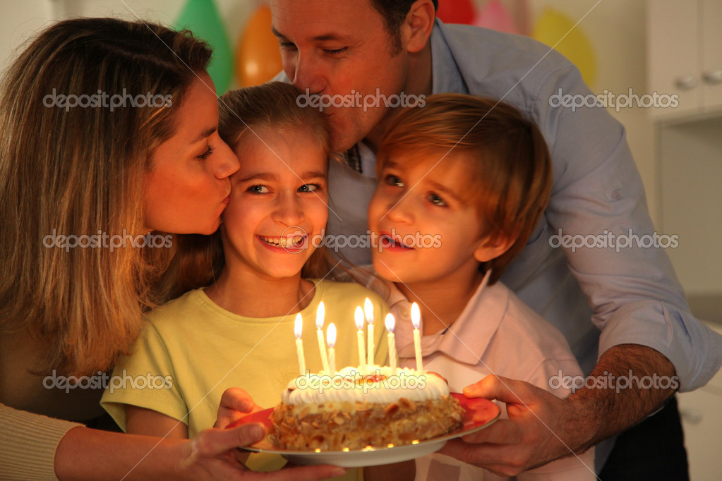 Family celebrating child's birthday — Stock Photo #6698533